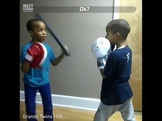 Брат делится своими знаниями в боксе