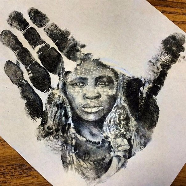 Школьный учитель рисует потрясающе реалистичные портреты на ладонях и использует их в качестве штампа