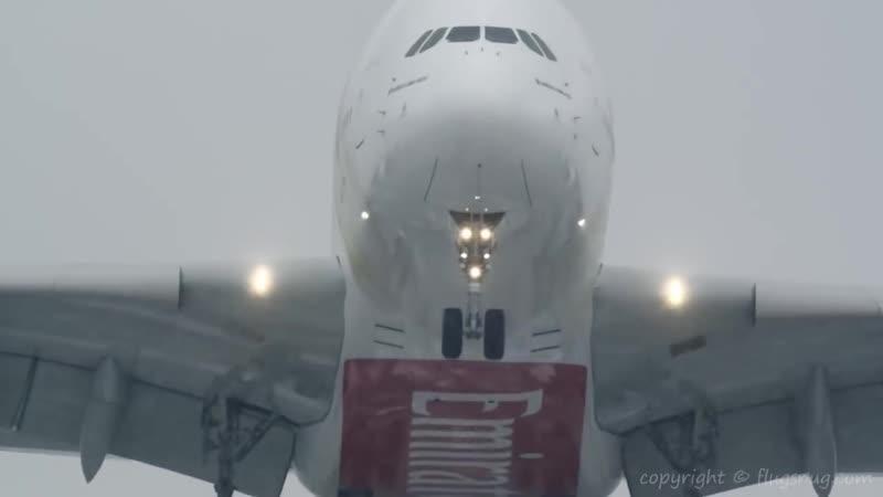 Посадка крупнейшего пассажирского лайнера А-380 в шторм