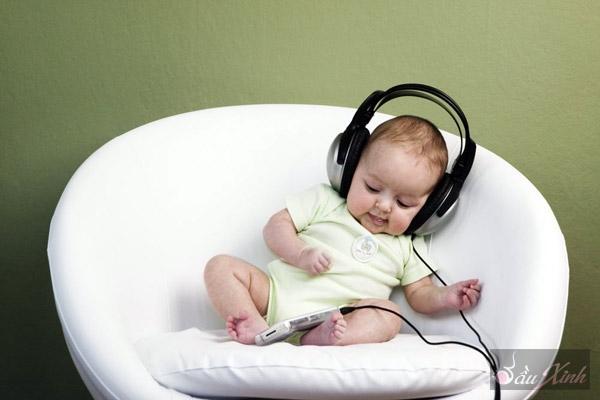 Музыка для будущих мам и малышей. Часть 1 Уже давно известно, что музыка способна воздействовать на человеческий организм, а именно изменять и стимулировать его физиологические процессы и психологические состояния. И это влияние очень широко и разнообразно. Музыка может стимулировать интеллектуальную деятельность, поддерживать вдохновение, развивать эстетические качества ребенка. Если женщина кормит малыша, слушая любимые пьесы, то при первых же звуках знакомых мелодий у нее прибывает молоко.…
