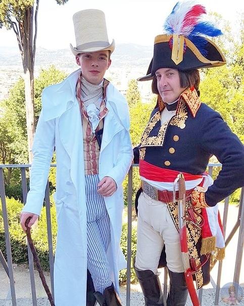 25-летний парень одевается исключительно в одежду 1800-х годов