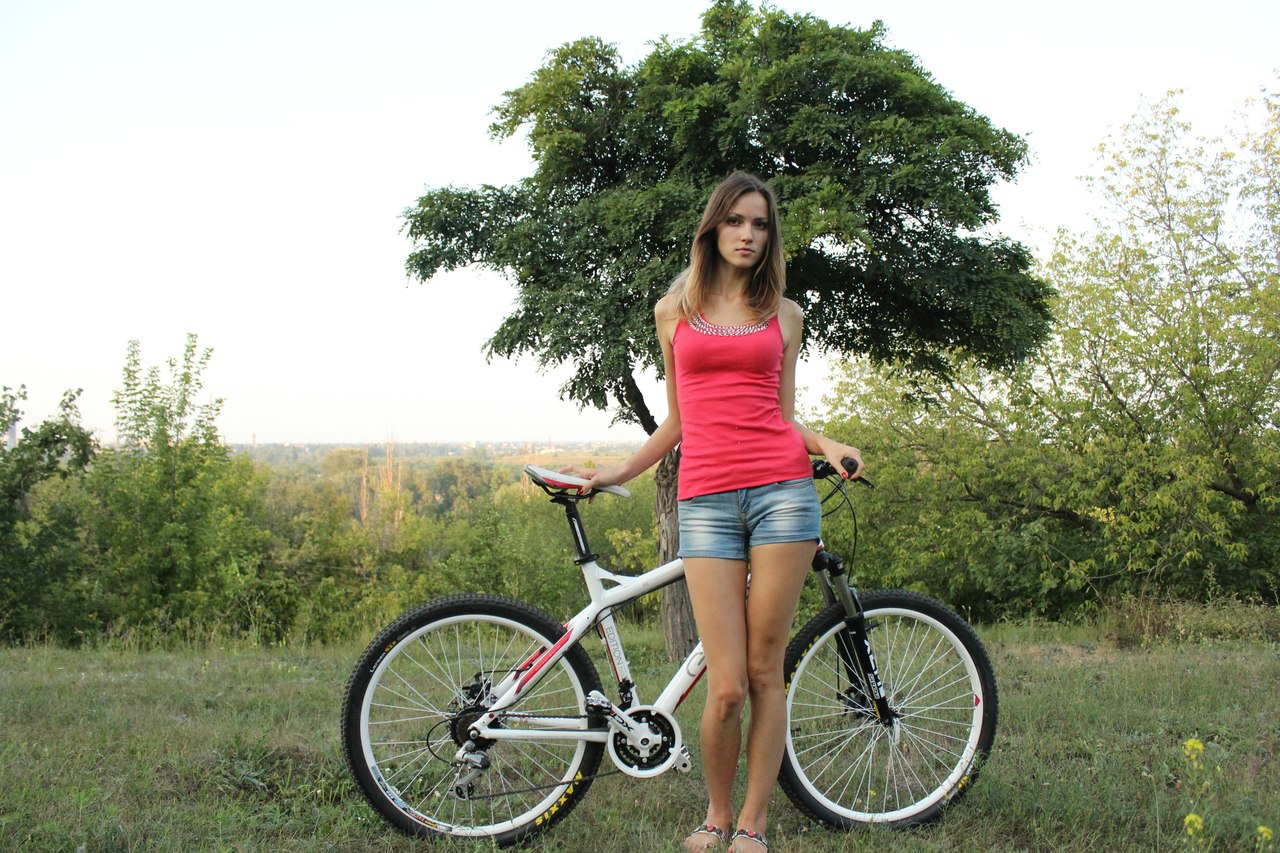 Фото красивой девушки на велосипеде
