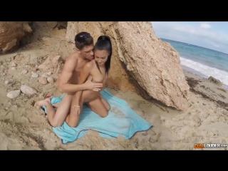 seks-krasivoy-na-beregu-okeana-v-chulkah-seks-sekretar-na-stole