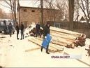 Жители ярославского дома пожаловались, что доски для новой кровли гниют у них во дворе