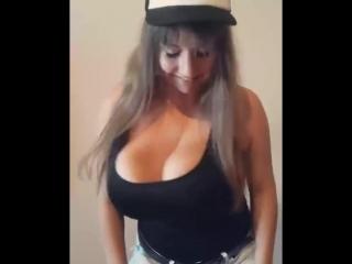 Большие груди и попа - успех этой молоденькой шкуры