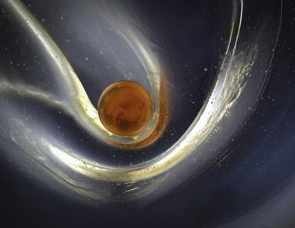 Биохимик создает потрясающие жидкие биоморфные структуры Биохимик Эльжбета Куровска говорит, что, как фотограф и ученая, она очарована происхождением жизни, ведь в этот момент аморфное