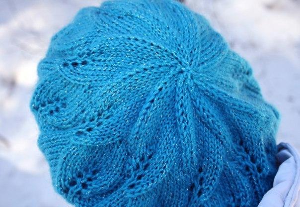 Голубой берет с листочками