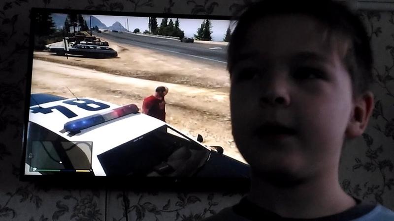 Тревор искал бандитов на полицейской машине