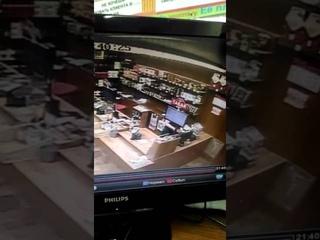 Нападение на продавца с ножом. Самоубийство. Челябинск красное и белое.