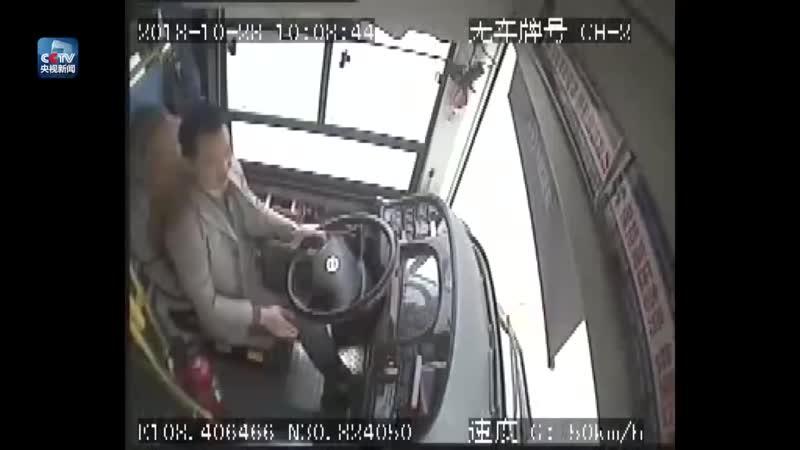 Падение автобуса с моста в Чунцине. Запись камеры видеонаблюдения и авторегистратора свидетелей