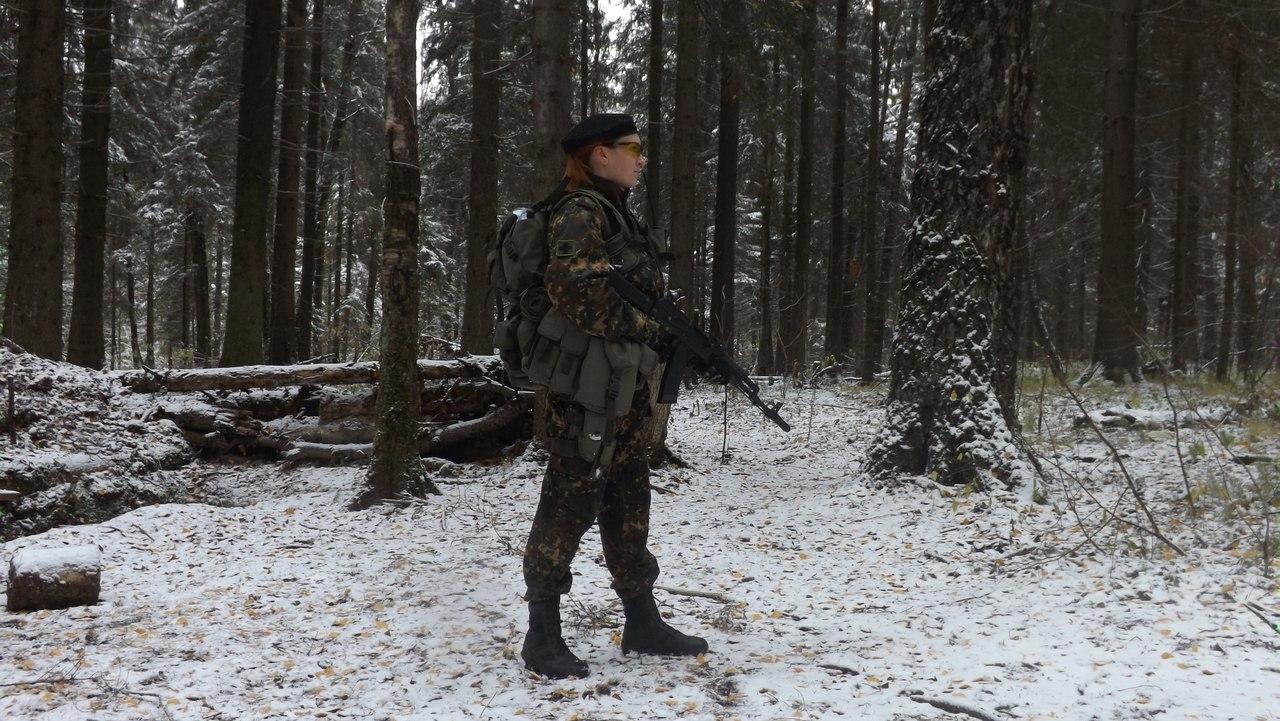 Вид сбоку. Виден знак специлазации бойца -- фельдшер. В патрульном ранце снаряжена аптечка. В качестве вторичного вооружения для леса используется ПМ Gletcher.