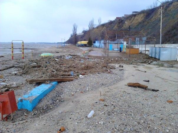 После подтопления таганрогские пляжи стали похожи на свалки