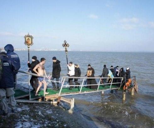 Крещенские купания в Таганроге собрали сотни таганрожцев