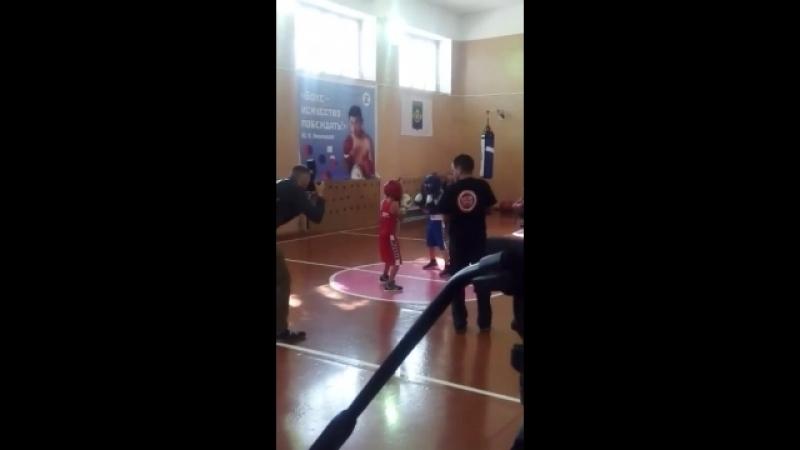 Показательный бой. Валера в синем, Талалаев Артем в красном.