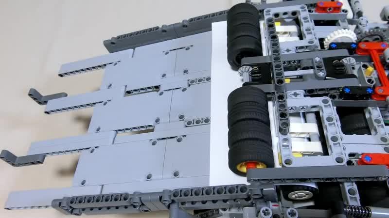 Машина из Lego складывает бумажные самолётики