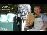 Гу Чжунгэнь, 80-летний продавец травяного чая, торгует в своей лавке в Ханчжоу (пров. Чжэцзян). Каждый год, во время самых жарки