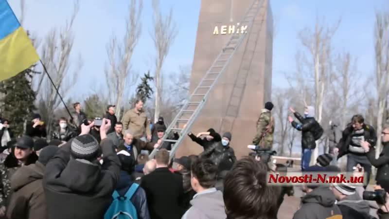 Николаев 22 февраля 2014 Возле памятника Ленину собрались майдановцы и юные правосеки 13 00