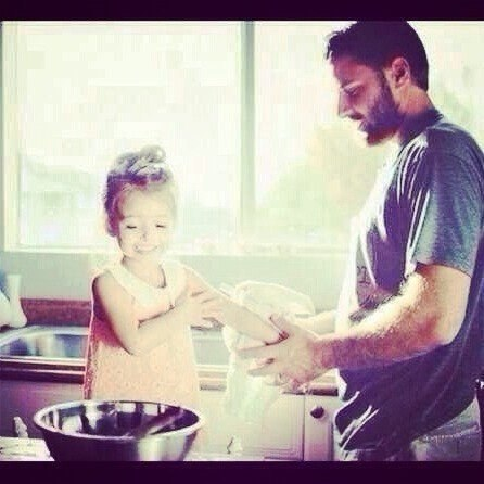 Только один мужчина никогда не отпустит мою руку - это мой отец.