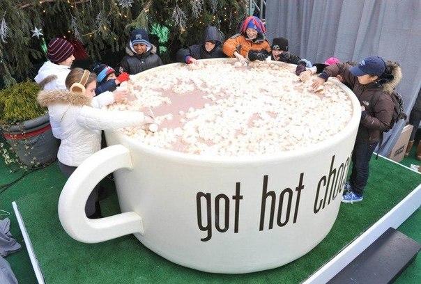 Дети вылавливают пастилу из кружки с почти 1893 литрами горячего шоколада 30 дек...