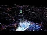 Это город Мекка в Саудовской Аравии. Самые большие  на сегодняшний день часы в мире, которые видно за 30 км. HD.