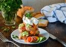 Яйцо пашот с лососем и авокадо
