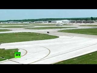 В США пассажирский самолёт при взлёте едва не врезался в минивэн