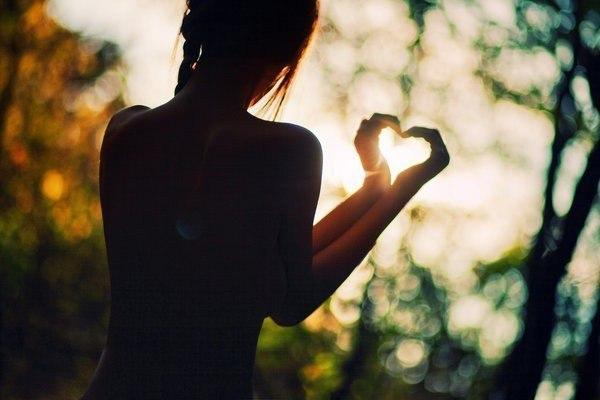 Закон дарения Любить — означает дарить часть себя, без оплаты и оговорок. Если вы хотите получить любовь, вам нужно только дарить ее. И чем больше вы дарите, тем больше получаете. Любовь похожа на бумеранг, она всегда возвращается обратно. Может быть не всегда от того человека, которому вы ее дали, но она все равно к вам вернется. И вернется сторицей. При этом важно помнить, что запас любви у нас неограниченный. Мы не теряем ее, когда дарим. И единственный способ потерять любовь внутри нас —…