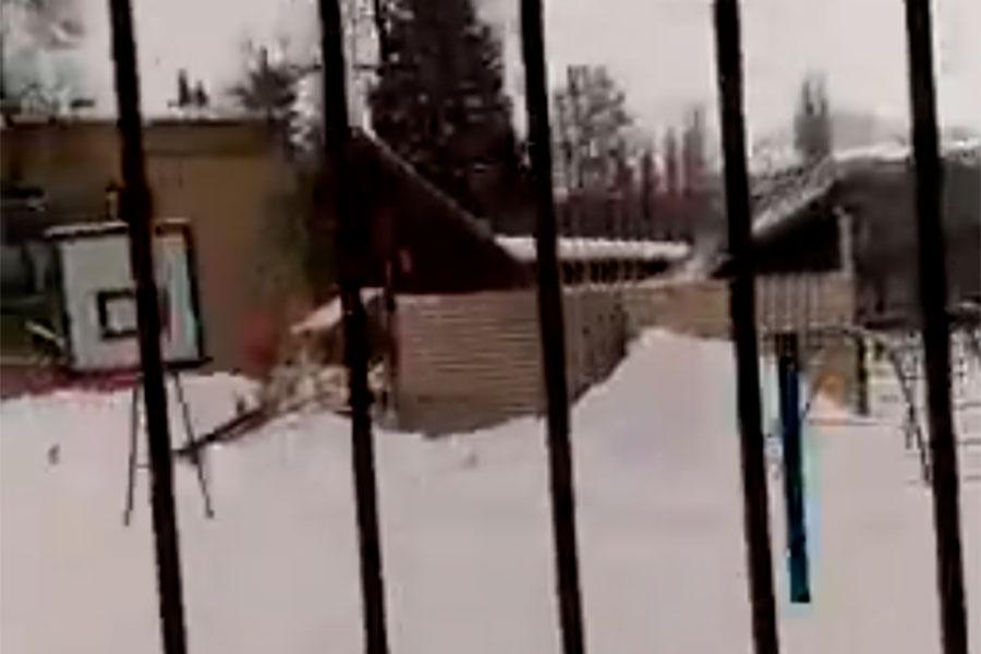 В детском саду Курска обрушилась крыша беседки