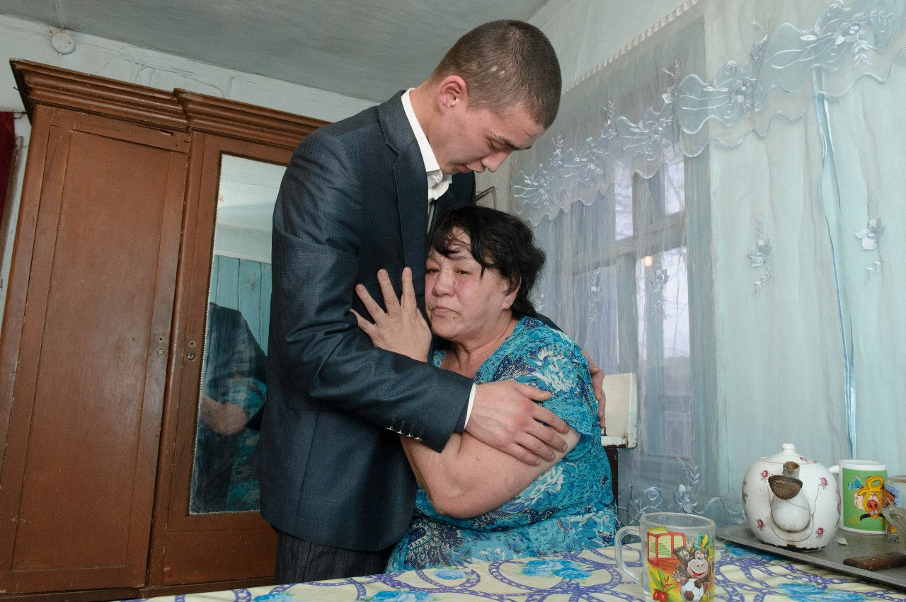 Мам и син вдома