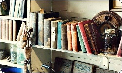 Полиця з книгами