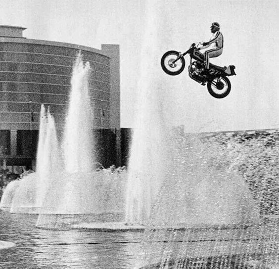 Роберт Крейг Книвел, широко известный как Эвил Книвел легендарный американский трюкач, получивший мировую известность благодаря своим рискованным выступлениям на мотоцикле. В годы молодости он