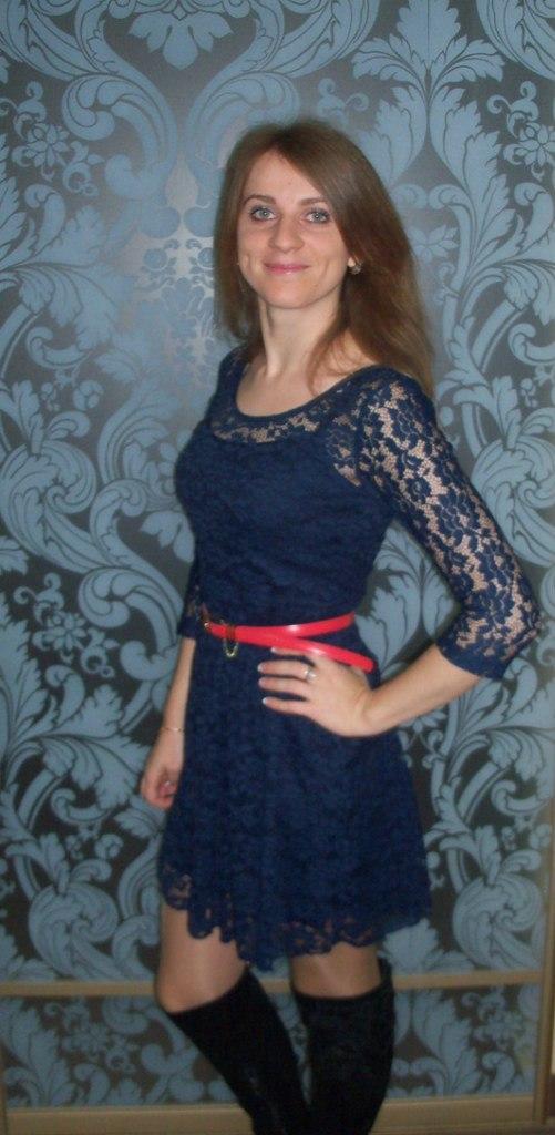 В синем сетчатом платье с красным поясом