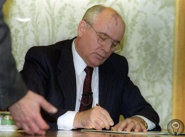 Последний день Советского Союза Михаил Горбачев намеревался объявить о своей отставке, пока жители уходящего в вечность СССР готовились к Новому году.В католическое Рождество 1991 года