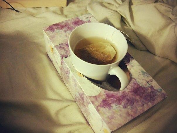 Коробка из-под салфеток — отличный «подстаканник» для тех, кто любит пить кофе или чай, не вставая с кровати.
