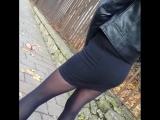 Вот что я люблю. Девушка в черных колготках на улице - осенний прикид