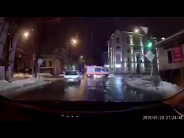 Momentul în care o Ambulanță lovește, în plin, o mașină
