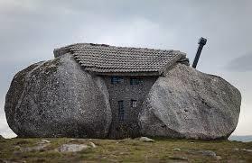 В Португалии, в 1973 построен удивительный дом. Дом построен между огромными камнями, которые заменяют ему стены.