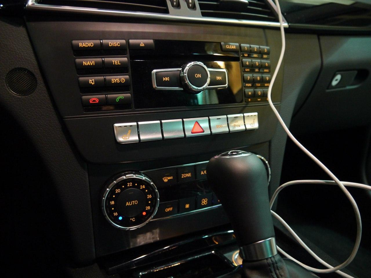 """Олдскульные кнопки делят управление той """"шайбой"""". В итоге получается """"огород"""" в интерфейсе. Куда удобнее лексусовский джойстик, отвечающий ЦЕЛИКОМ за управление медиа-системой."""