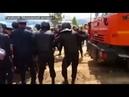 Сотрудники полиции разгоняют протестующих против мусорной свалки в подмосковном Щелканово
