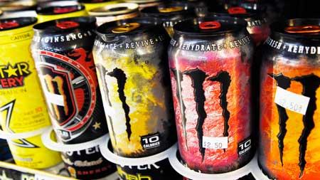В содовых и энергетических напитках также может содержаться большое количество кофеина и других стимуляторов, поэтому лучше ограничить количество, которое вы пьете.