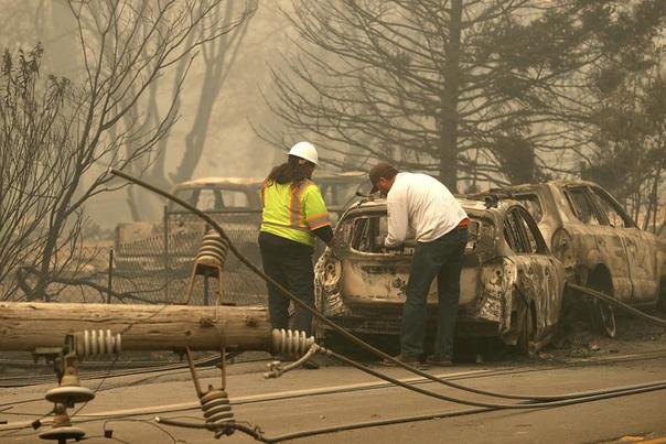 Ужасающие картины массовго разрушения, вызванного пожарами в Калифорнии Два огромных пожара прорываются через всю Калифорнию , которые невозможно контролировать. По меньшей мере 31