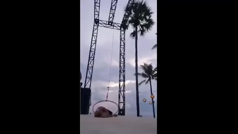Акробатка хотела снять свою тренировку, а получила видео, где она ломает шею.