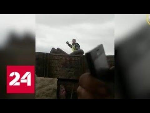 Полицейский запрыгнул в прицеп трактора, преследуя угонщиков - Россия 24
