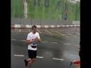 Сын бежит марафон, дочь его поддерживаеь