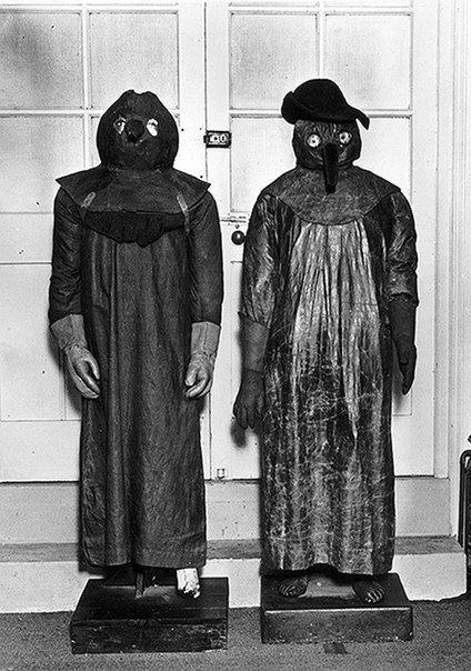 Защитные костюмы лондонских врачей времен чумы в 1665-1666 гг.