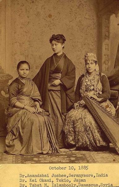 Индийская, японская и сирийская выпускницы факультета психологии Пансильванского университета