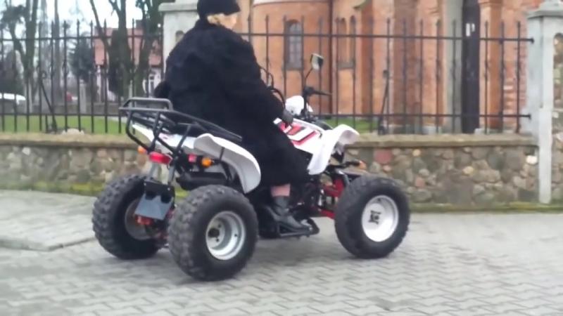 Современная польская бабушка ездит в церковь на квадроцикле
