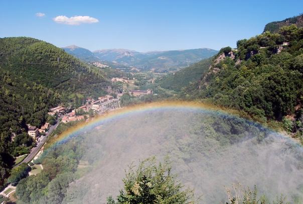 ИСКУССТВЕННЫЙ ВОДОПАД МАРМОРЕ ПРИЧИНА КОНФЛИКТА ДРЕВНИХ РИМЛЯН Водопад Каската-делле-Марморе - «Мраморный каскад» - один из самых высоких водопадов в Европе. Он состоит из трёх ярусов, общая
