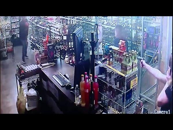 Мама и дочь расстреляли грабителя в магазине. Драка. США