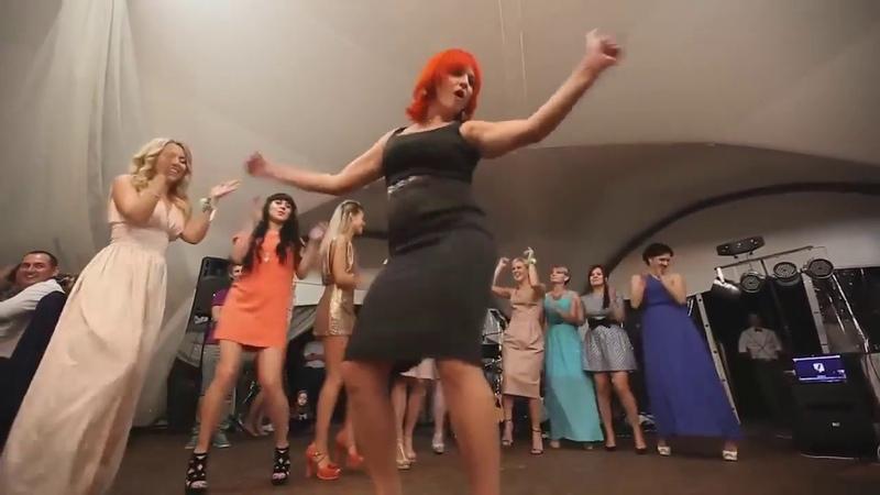 Шикарно танцует! Парни в шоке! Не каждая красотка так сможет! Вот так надо танцевать девушкам! Учись